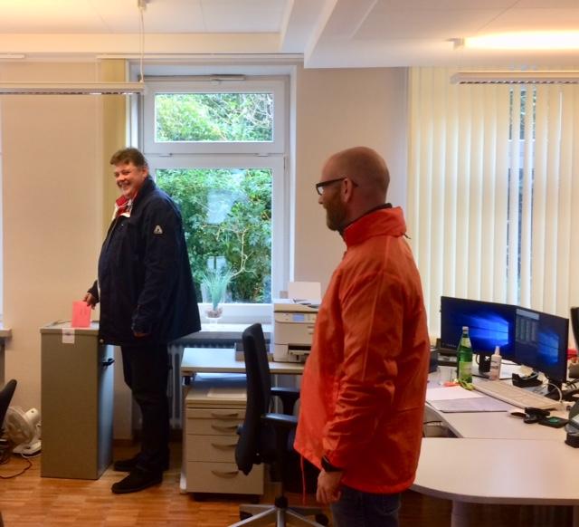 Jens Nacke an der Wahlurne, rechts daneben Dr. Peter Tauber