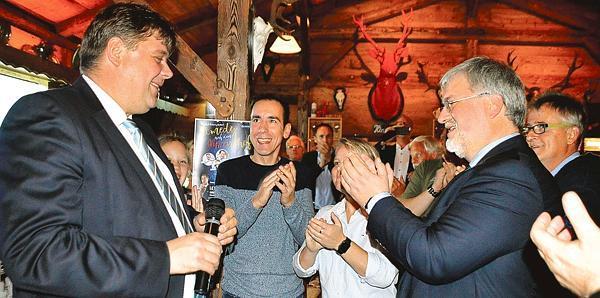 Knapper Sieger: Jens Nacke (CDU) wurde nach Bekanntgabe des Ergebnisses mit Beifall begrüßt. Bild: Kerstin Schumann