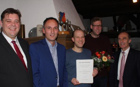 Stellvertretend für alle Geehrten im Bild: René Pastoor und Björn Brünjes vom Jugendzentrum in Ocholt (3. und 4. von links). Dank sagten auch (von links) Jens Nacke, Laudator Markus Berg und Eberhard Gienger.