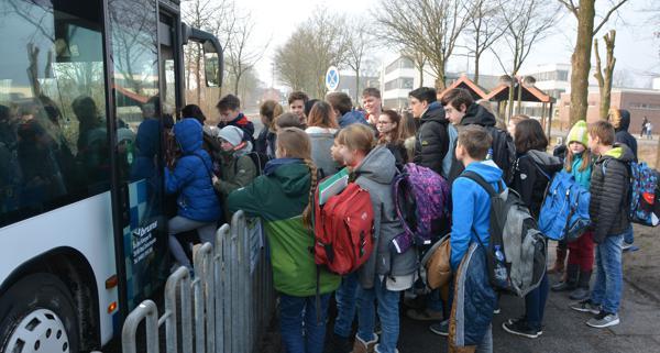 Mit dem Bus zur Schule: Auch Oberstufenschüler fordern dafür kostenlose Tickets. Bild: Sebastian Friedhoff